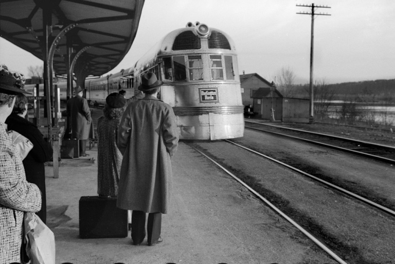 The_Burlington_Zephyr._East_Dubuque,_Illinois,_LOC_image